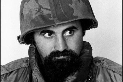 VIETNAM DU SUD. 1973. Le photographe ABBAS porte un casque et un gilet pare-balles pendant la guerre.