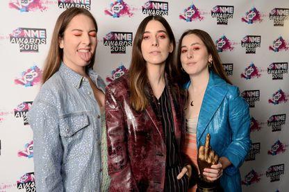 Haim, Danielle Sari Haim, Este Arielle Haim et Alana Mychal Haim avec leur prix du meilleur groupe international  pendant les VO5 NME Awards à la Brixton Academy le 14 février 2018 à Londres.