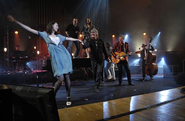 Jeanne Balibar esquisse un pas de danse avec jacques Higelin