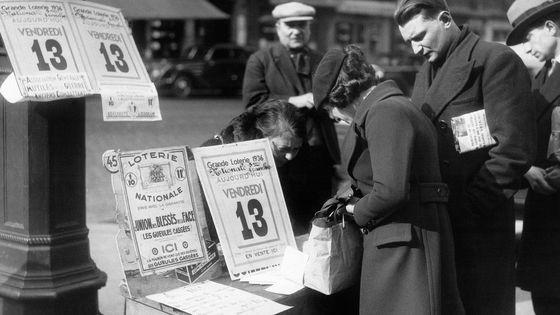Vendredi 13 mars 1936 : les marchands de billets de la Loterie Nationale font d'excellentes affaires, à Paris.