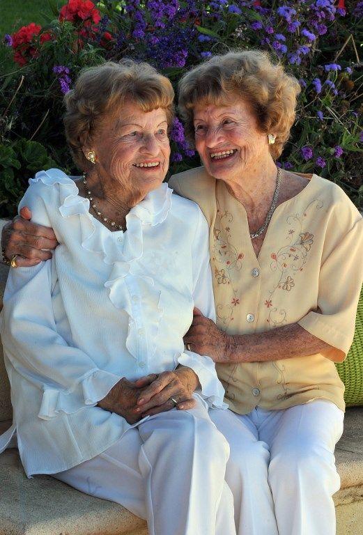 Raymonde et Lucienne, des jumelles françaises nées en 1912 à Paris et qui vivent ensemble depuis leur retraite.
