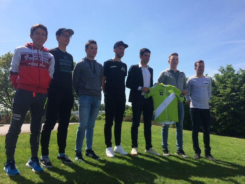 Plusieurs favoris de ce Tour de Bretagne se sont retrouvés avant le départ pour poser autour du nouveau maillot vert et blanc de leader.