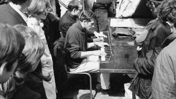 Un étudiant joue du piano dans la cour de la Sorbonne occupée en Mai 68
