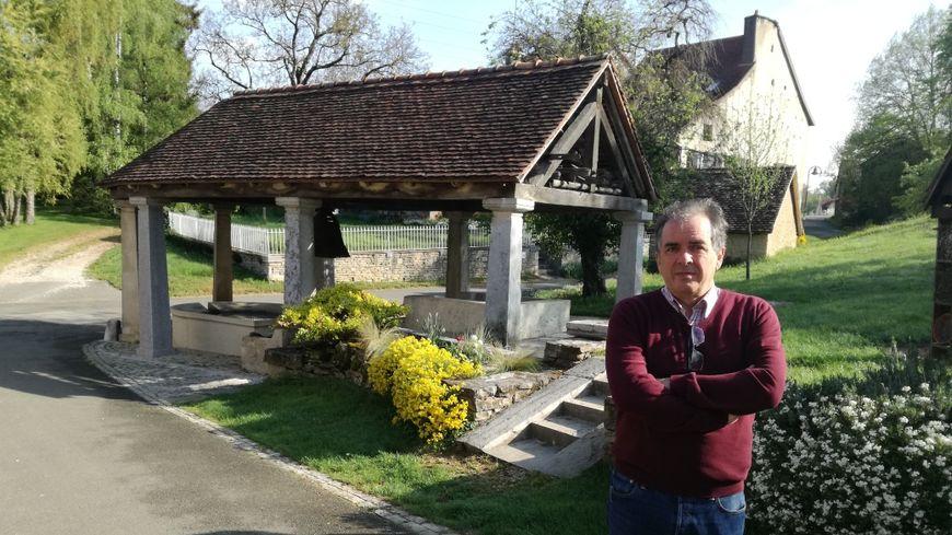 Michel Piernavieja, le maire de Saint Julien les Montbéliard, devant le lavoir classé