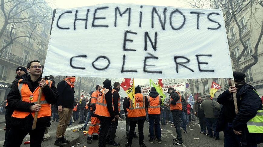 Des cheminots de la CGT manifestent à Paris, le 22 mars dernier.