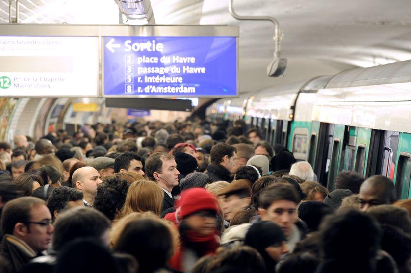Des passagers tentent de se frayer un chemin pour emprunter une rame de la ligne 13 du métro. La ligne 13, hautement sensible, transporte quelque 550.000 passagers par jour.