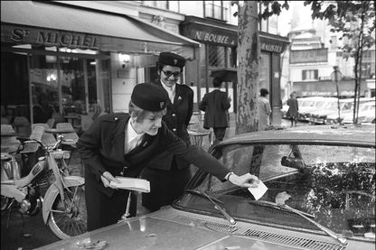 Photo datée du 14 octobre 1968 de deux des premières contractuelles chargées de dresser des contraventions aux automobilistes mal garés dans les rues de Paris.