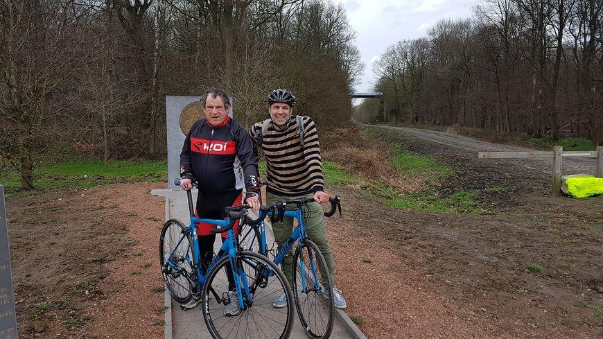 Christian Palka et Stéphane Barbereau, les champions de France Bleu Nord, en reconnaissance sur les pavés de Paris-Roubaix cette semaine.