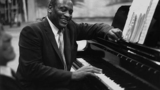 22 juillet 1959, le chanteur américain et activiste politique pour les droits civils Paul Robeson répète en toute décontraction à son piano.