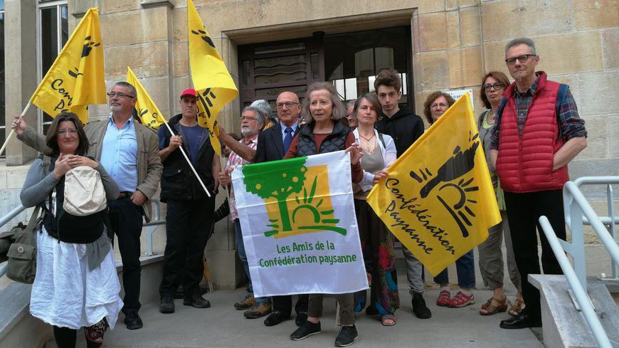 Les militants de la Confédération Paysanne devant la Cour d'Appel de Dijon