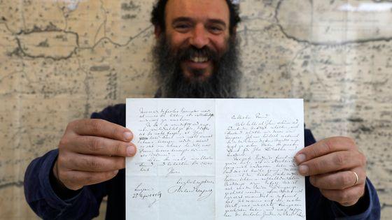 Le directeur de la maison d'enchères tenant la lettre de Richard Wagner