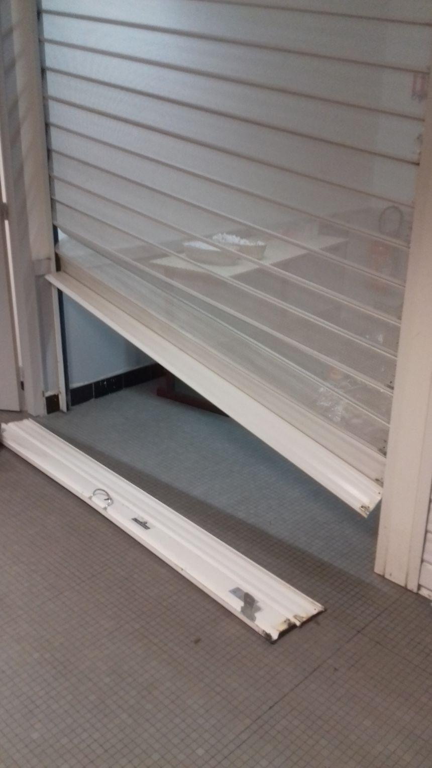 Le rideau de la cafétéria du bâtiment Droit-Lettres a été cassé