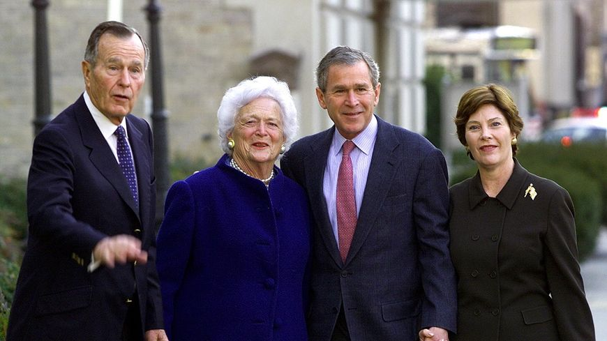 Barbara Bush avec son mari, George H.W. Bush, son fils George W. Bush et sa femme Laura, en 2002.