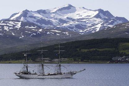Le trois-mâts Christian Radich a récupéré ce petit bateau pour lui faire poursuivre son périple.