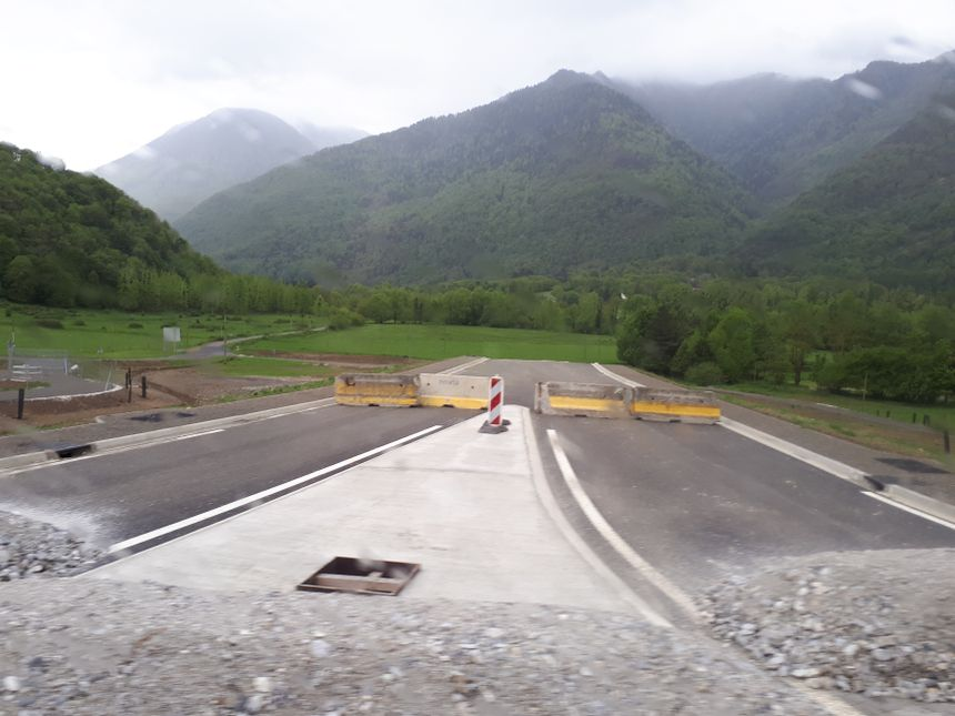 Pour l'instant, il manque encore un tronçon de 2.5 km de route jusqu'au pont d'Arlos pour terminer la déviation.