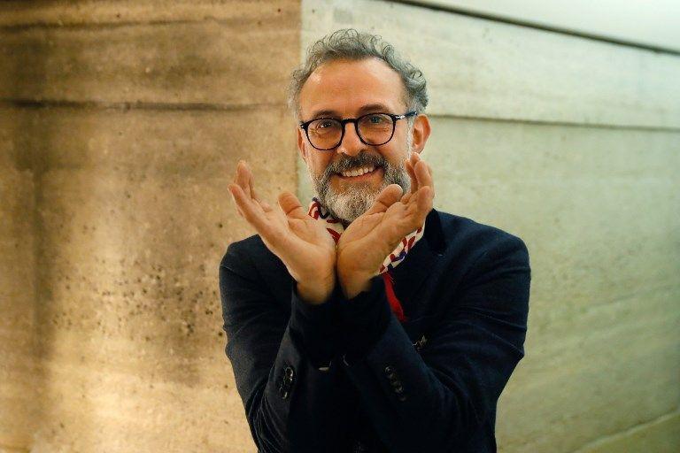 """Le chef italien Massimo Bottura lors de l'inauguration du """"réfectoire"""" à Paris"""