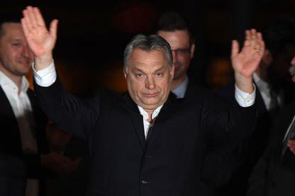 Viktor Orban célèbre sa victoire la nuit dernière à Budapest