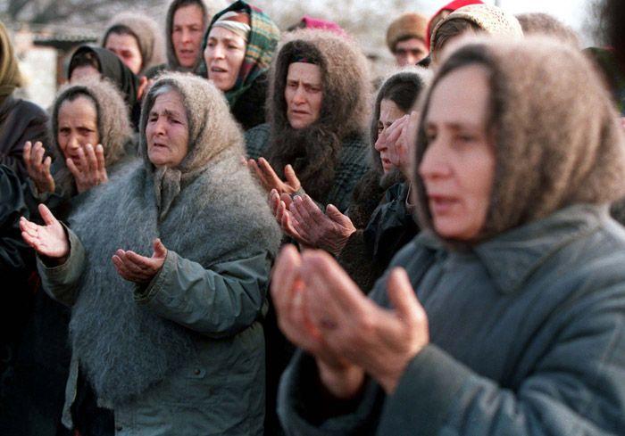 Femmes tchétchènes  devant les troupes russes à Grozny, décembre 1994.