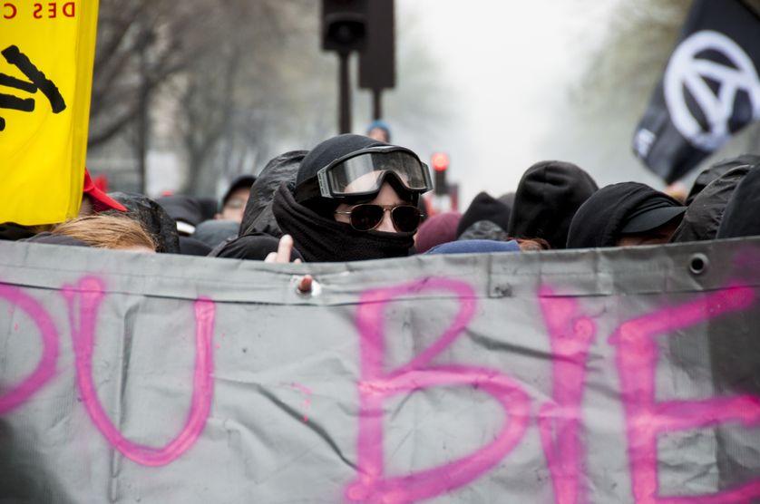 De jeunes manifestants masqués le 22 mars 2018 à Paris