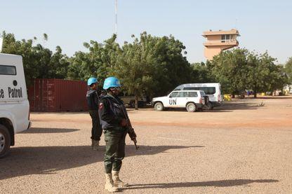 Des casques bleus de l'ONU devant l'aéroport de Tombouctou