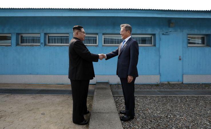 """Poignée de main entre le """"leader"""" nord-coréen Kim Jong-Un (à gauche) et le président sud-coréen Moon Jae-In sur la Ligne de Démarcation Militaire entre leurs deux pays"""