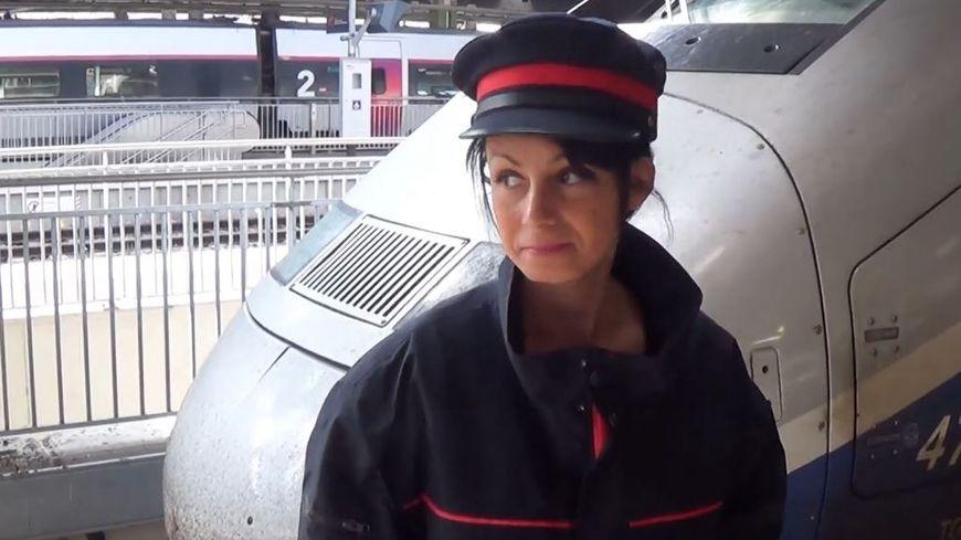 La Bajon, habillée en contrôleuse de la SNCF