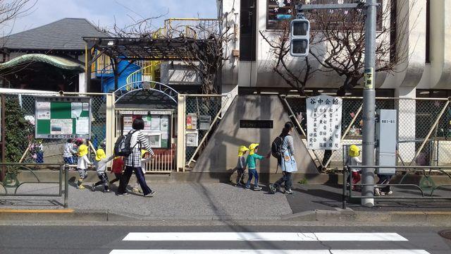 Devant une école maternelle. Au Japon, la baisse démographique rend le système éducatif un peu moins sélectif
