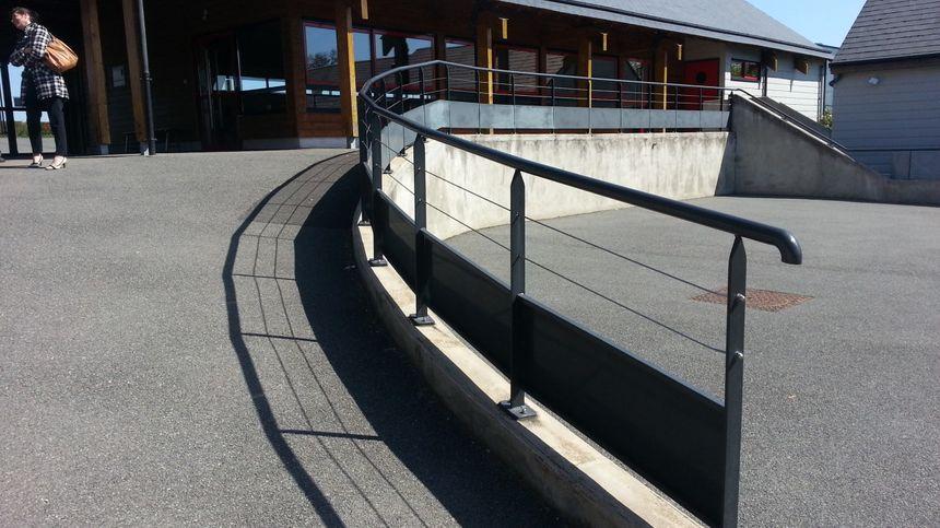 Une rampe d'accès a été aménagée dans la cour de l'école de St-Caprais