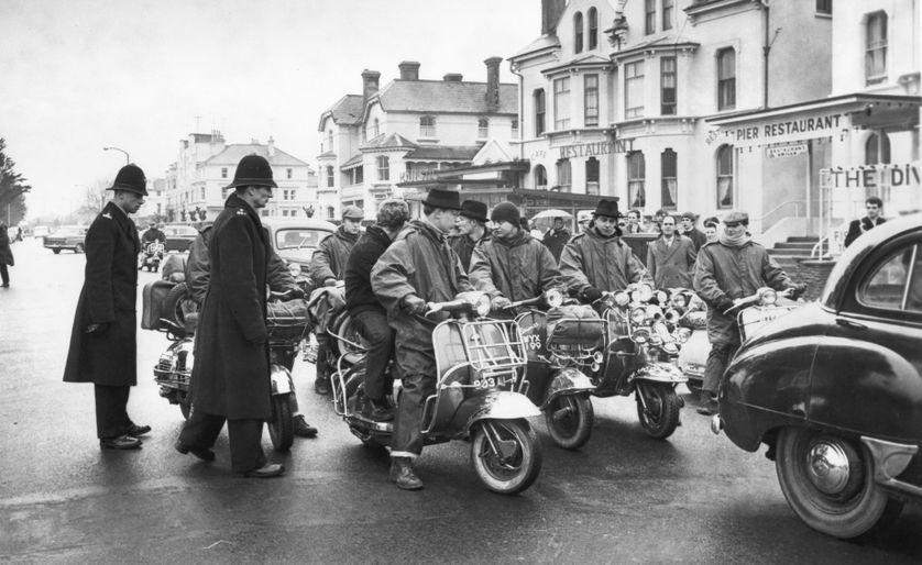 Grands oubliés de l'histoire des mouvements de jeunes, les mods chamboulèrent la hiérarchie sociale anglaise à coups de fringues et de musique.