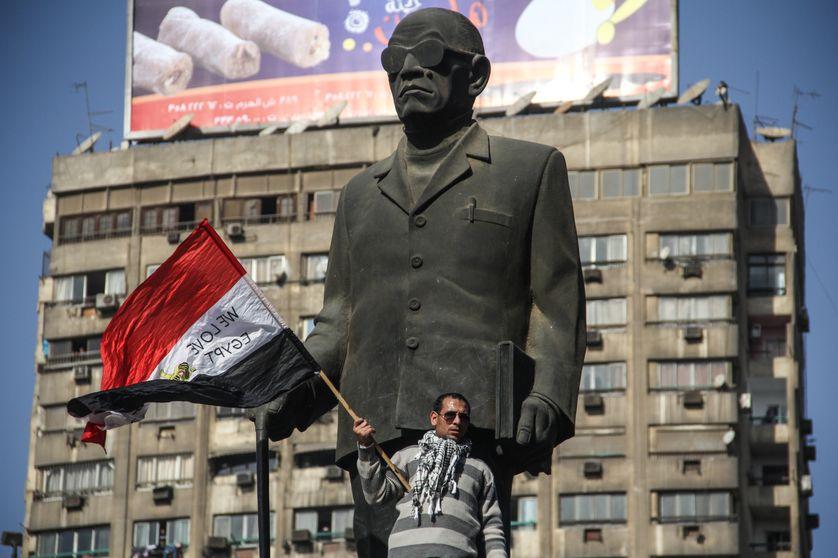 Contestataire devant le statue de Naguib Mahfouz au Caire, 2012