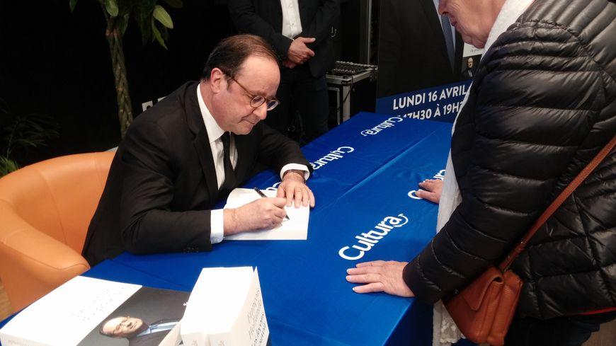 François Hollande en dédicace au magasin Cultura de Saint-Maur (Indre).