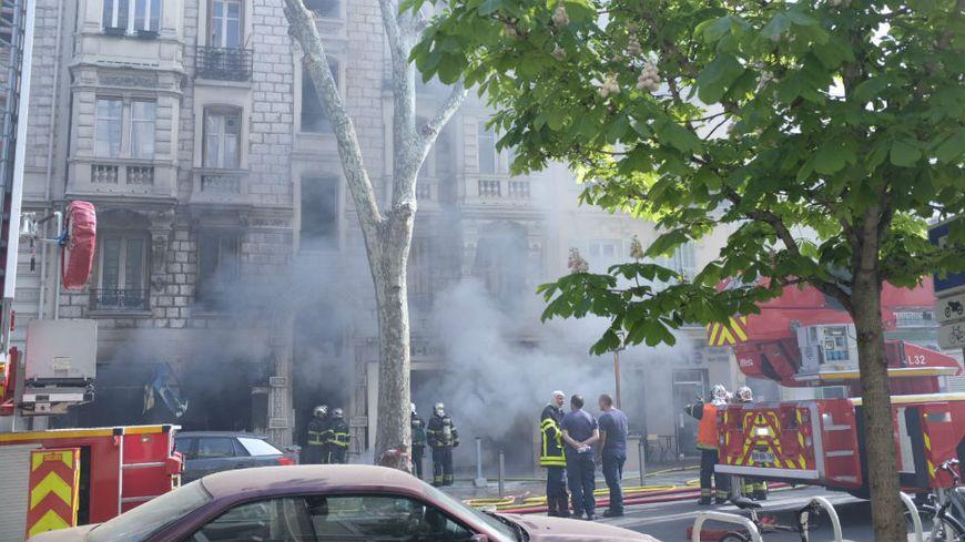 """Les sapeurs-pompiers interviennent dans le magasin """"Azur Fêtes"""" victime d'un incendie"""