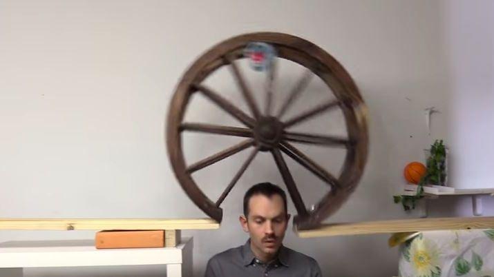 """LA roue passe au dessus de l'inventeur et va déclencher un autre engrenage du """"Cake Server"""""""