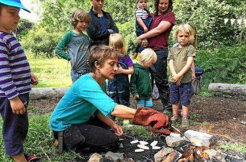 Julie Ricard en atelier autour du feu