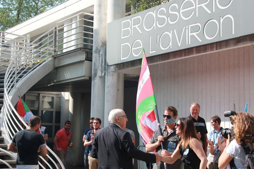 Salut de Vivas al Suporterii În fața Adunării Generale, primarul Bayonne, Jean-René Echeagray, atunci nu a reușit să-i facă să audă rațiunea'Assemblée Générale, le maire de Bayonne, Jean-René Ecthegaray, n'a ensuite pas réussi à leur fait entendre raison