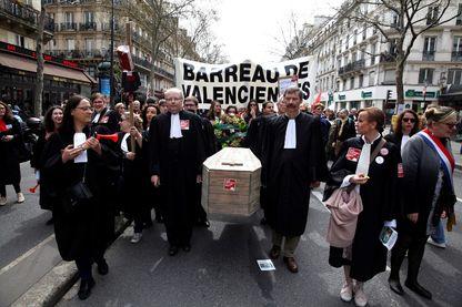 Des milliers d'avocats, magistrats et greffiers ont manifesté, mercredi 11 avril à Paris, contre le projet de réforme de la justice