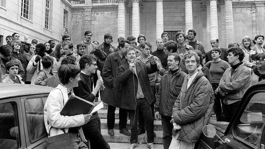 Daniel Cohn-Bendit, micro en main, s'adresse aux étudiants à La Sorbonne, après la fermeture de la fac de Nanterre le 2 mai.