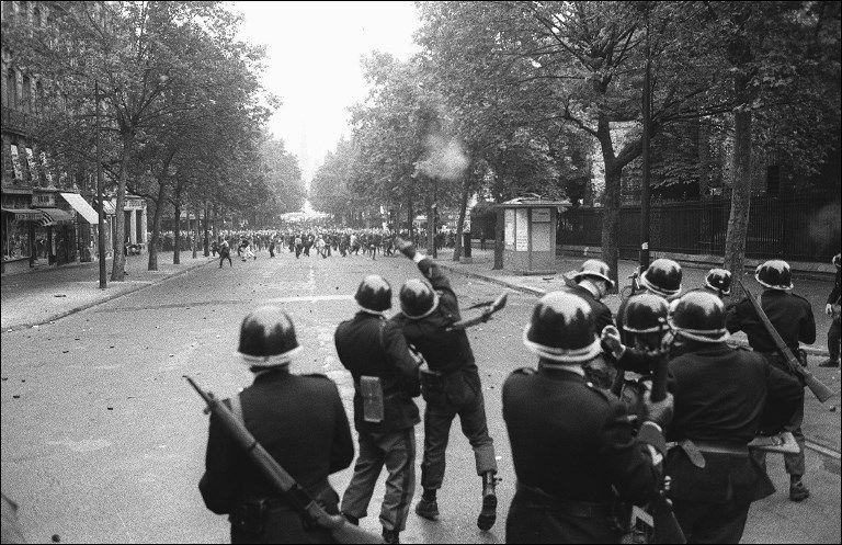 Des policiers, membres des CRS, lancent des grenades lacrymogènes sur des étudiants qui manifestent au Quartier Latin de Paris, le 17 juin 1968