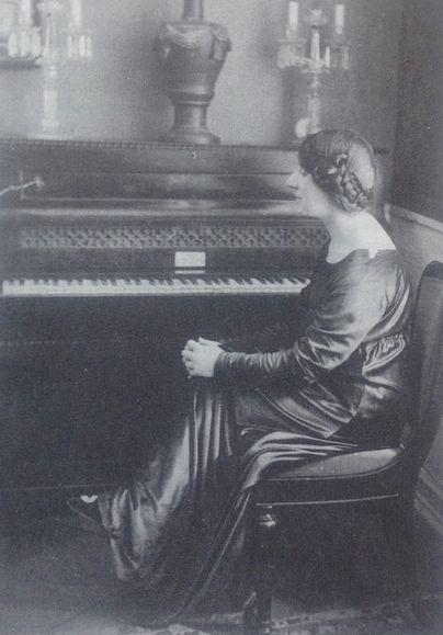 """Wanda Landowska devant le piano de Chopin, volé et restitué après guerre. Photo tirée du livre """"Sonderstab Musik"""""""