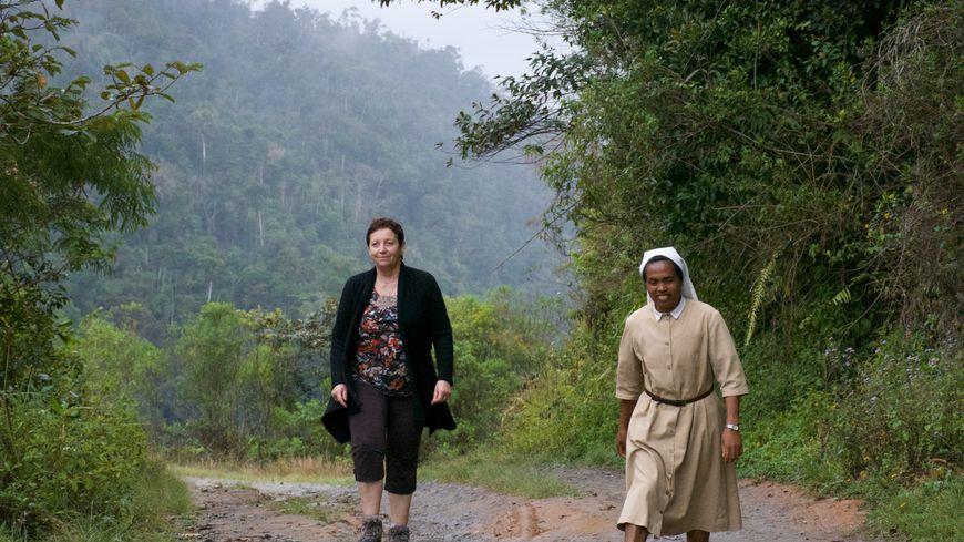 Monique et sœur Voirana sur un chemin à Madagascar.