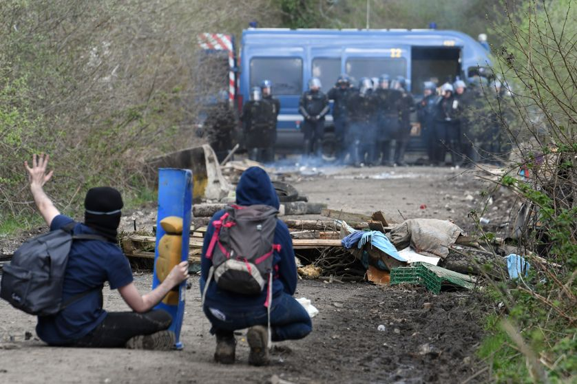 Des opposants à l'évacuation de la ZAD de Notre-Dame des Landes font face aux forces de l'ordre (12/04/18)