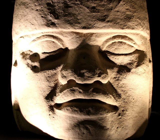 Reproduction d'une tête colossale, d'après un original datant de 900 - 400 av. J.-C. - Amérique précolombienne, Mexique, culture olmèque, ds l'exposition Hugo Pratt, lignes d'horizon à Lyon