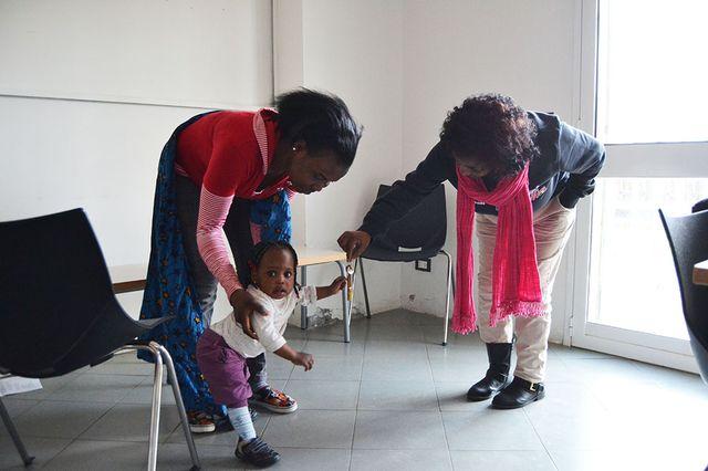 Mercy et sa maman Taiwo, dans la salle de soutien psychologique