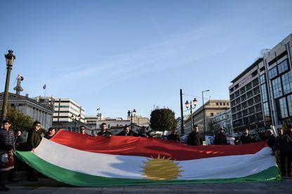 Drapeau kurde déployé devant l'ambassade de Turquie en 2008 à Afrin