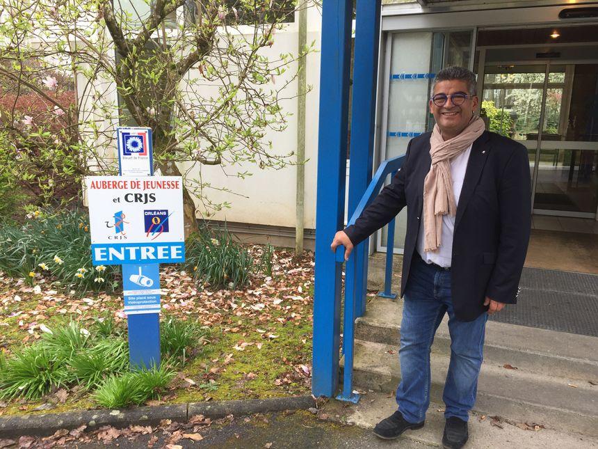 Jean-Luc Benayoun, le directeur de l'auberge de jeunesse, devant l'établissement