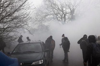 Zadistes dans le brouillard des lacrymogènes à Notre-Dame-des-Landes