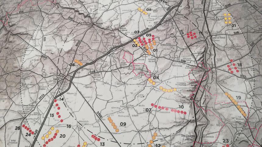 Document extrait du dossier soumis à enquête publique. En rose les éoliennes en activité, en orange celles autorisées, en jaune les dossiers en cours d'examen