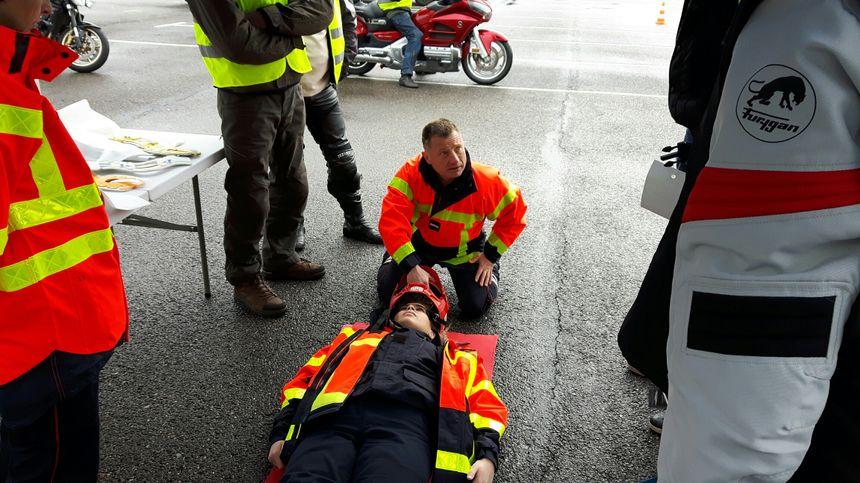 Le rappel des gestes de secours adaptés aux motards accidentés