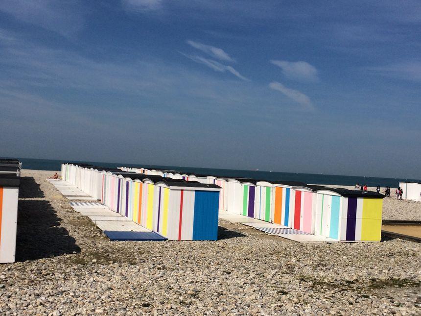 Les cabanes colorées de Karel Martens sont installées de nouveau sur la plage depuis quelques semaines