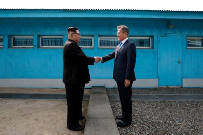Poignée de main entre les deux dirigeants des deux Corées. Les deux pays sont en guerre depuis 1950